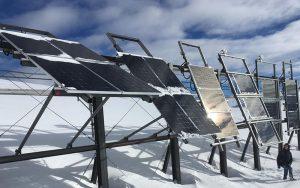 Derzeit werden technische Fragen abgeklärt, welche sich bei der Installation von PV-Anlagen ergeben. Fotos: EPFL/Cryos