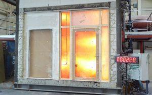 Türe im Brandsicherheits-Härtetest: Solche Brandschutzprüfungen können dank der Gründung des Vereins SIPIZ weiterhin in der Schweiz stattfinden. Foto: zvg