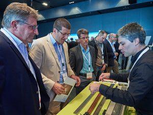 Claudio De Giacomi von der Firma Joulia (rechts im Bild) stellte den Besuchern am Gebäudetechnik Kongress 2018 die bereits mehrfach mit Preisen ausgezeichnete Duschrinne «Joulia-Twinline» vor.