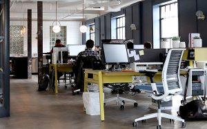 Studien zeigen, dass in schlecht geplanten Grossraumbüros Kreativität, Konzentration, Kommunikation und Wohlbefinden leiden können. Foto: unsplash