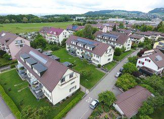 Die drei Mehrfamilienhäuser im Vordergrund gehören der Baugenossenschaft Berna. Mit den neuen Kollektoren von Oertli konnte die solarthermische Leistung bei gleichbleibender Fläche deutlich gesteigert werden. Foto: zvg