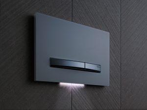 Ein LED-Orientierungslicht hinter der Betätigungsplatte bietet eine dezente Beleuchtung beim nächtlichen Gang auf die Toilette. Gesteuert wird das Licht durch eine Nahbereichssensorik.