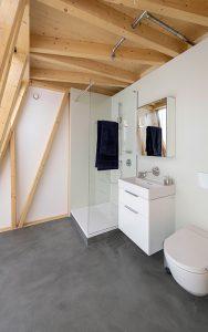 Eines der vier Badezimmer: vor der Wand.