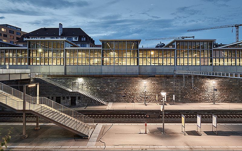 Beim Tramdepot wurden ursprünglich 1098 Fensterflügel eingebaut, was einer Fensterfläche von 2835 Quadratmetern entspricht. Zusätzlich wurde das Dach durch sechs einstöckige und ein zweistöckiges Oberlicht geöffnet.