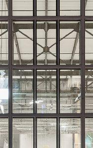 Im Fensterbereich wurde innseitig eine zeitgemässe Stahlelementfassade mit 3-fach Isolierglas und Sonnenschutzanlagen montiert. Zum Einsatz kam das System Janisol Fenster Primo von Jansen.