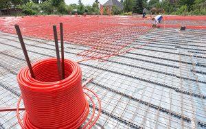 Bei Industrieflächenheizungen kommen die Heizrohre direkt in den Betonkern und wärmen oder kühlen von dort anschliessend das gesamte Bauteil.