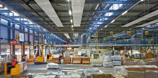 Bei Deckenstrahlsystemen werden Platten an der Decke montiert, in denen Heizungsrohre zu liegen kommen.