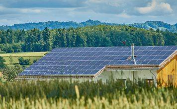 Auf immer mehr Schweizer Dächern finden sich Solaranlagen. Das stellt die Netzbetreiber vor Herausforderungen. Foto: Pixabay / Roy Buri