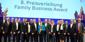 Beat Wullschleger, Margrit Wullschleger, Urs Wullschleger (Mitte) und ihre Mitarbeitenden freuen sich über den «Family Business Award 2019». Foto: zvg