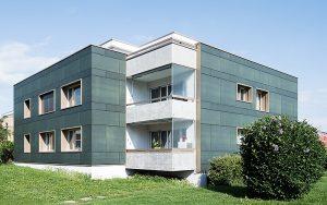Das Gebäude aus den 70er-Jahren produziert rund 14'000 kWh pro Jahr. Fotos: Umwelt Arena