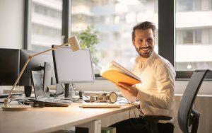 Sorgfältig ausgewählte Sitz- und Arbeitsmöbel ermöglichen eine möglichst natürliche Körperhaltung. Foto: Pexel