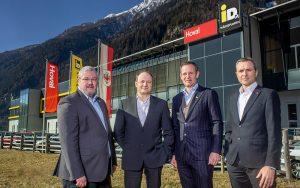 Starke Partnerschaft (v.l.n.r.): iDM-Eigentümer Manfred Pletzer, Markus Telian (Leitung Forschung und Entwicklung), Hoval co-CEO Fabian Frick, iDM-Geschäftsführer Hans-Jörg Hoheisel vor der neuen Produktionshalle. Foto: zvg
