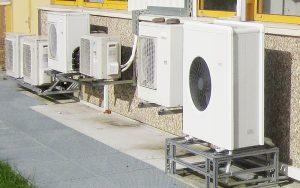 Aussen-Prüfanlagen gibt es für Solarsysteme und Wärmepumpen. Im Vordergrund das Aerotop-Splitgerät zum Heizen und Kühlen.