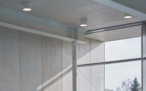 Die gleichmässige Struktur der Deckenkonstruktion prägt das Deckenbild im Bad und schafft eine angenehm ruhige Atmosphäre.