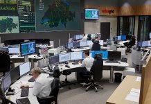 Blick in die Netzleitstelle von Swissgrid in Aarau, wo ein Team von sechs Mitarbeitern an 365 Tagen während 24 Stunden eine sichere Versorgung der Schweiz mit Strom gewährleistet. Foto: Swissgrid