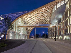 Eine Holzgitterkonstruktion bildet das Grundgerüst der grossflächigen Fassade.