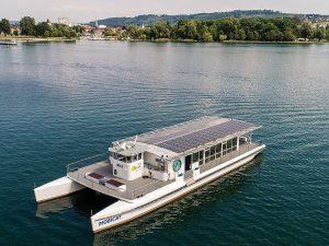 Die Bielersee-Schifffahrts-Gesellschaft (BSG) erstellte das solarbetriebene EMS «MobiCat» mit einer installierten Leistung von 30 kWp als schwimmendes Kraftwerk. Die PV-Anlage produziert 30'000 kWh/a, wovon der «MobiCat» rund 5'000 kWh selbst verbraucht. Foto: Schweizer Solarpreis 2019