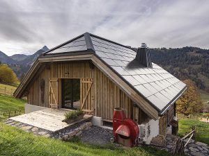 Das Bauobjekt im alpinen Gstaad wurde 2018 umfassend saniert. Der Gesamtenergiebedarf des Einfamilienhauses beträgt 17'600 kWh/a. Die vorbildlich integrierte 32 kW starke PV-Anlage erzeugt jährlich rund 27'000 kWh CO2-freien Solarstrom. Foto: Schweizer Solarpreis 2019