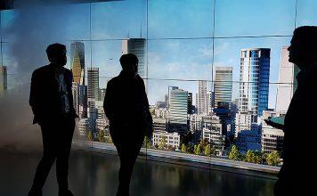 Im Experience Center präsentierte Achim Schäpper, Leiter des Inspiration & Con-vention Center, die Möglichkeiten von Siemens Smart Infrastructure. Foto: KGTV