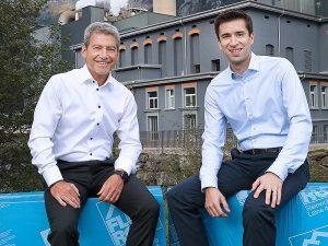 Kurt Frei (links) und Damian Gort vor dem Flumroc-Gebäude in Flums. Foto: zvg