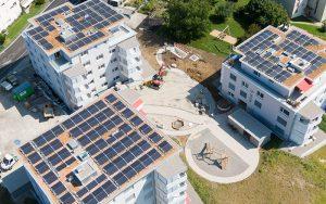 SEL steuert im Wohnraum Stegen in Wetzikon das intelligente Quartiernetz, das die drei Gebäude, drei Wärmepumpen, sechs Ladestateionen und 40 Wohnungen miteinander verbindet. Foto: zvg