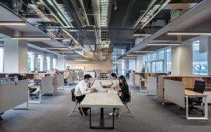 Die Studie zeigt, dass 58 Prozent der Unternehmen die Mitarbeitenden in der Gestaltung der Arbeitswelt 4.0 nicht mit einbinden. Foto: Lycs, Unsplash