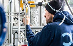 Im Forschungsprojekt NECOC entsteht eine integrierte Versuchsanlage, mit der ein neuer Prozess zur Reduktion des Treibhausgases CO<sub>2</sub> in der Atmosphäre erprobt werden soll. Produziert wird dabei Carbon Black – ein hochwertiger, fester Kohlenstoff. Foto: Moritz Leg