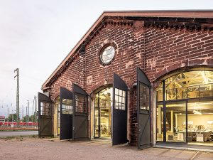 Sandsteinmauerwerk, verblechte Einfahrtstore und raumhohe Industrieverglasungen kennzeichnen den Lokschuppen. Fotos: Daniel Vieser