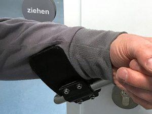 Der neu entwickelte Türöffner hilft, das Berühren des Griffs mit der Hand zu vermeiden. Foto: Viessmann Group