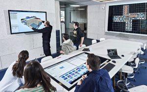 Fachleute arbeiten gemeinsam am digitalen Zwilling von Gebäuden: Die Gebäudeplanung mittels BIM (Building Information Modeling) ermöglicht, alle Gebäudeinformationen digital abzubilden und am Modell gemeinsam zu planen. Foto: Gruner Roschi AG
