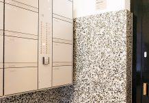 Ansteuerung der Haupteingangstür eines Wohnhauses über in die Sonnerie eingebauten SALTO Online-Wandleser im Freilager Zürich. Foto: Salto Systems