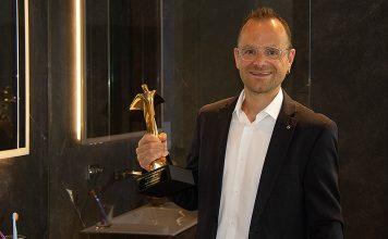 Beat Aebi, Leiter Marketing und Produktmanagement bei Geberit Schweiz freut sich über den Gold Award. Foto: Geberit Vertriebs AG
