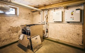 IWB installiert neben herkömmlichen Heizungen kleine, dezentrale Rechenzentren. Damit sorgt sie für warme Wohnungen und heisses Wasser. Foto: Timo Orubolo