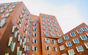 Inwieweit Wärmepumpen auch für Mehrfamilienhäuser infrage kommen, wird derzeit in diversen Forschungsprogrammen untersucht. Foto: Giulia May / Unsplash