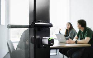 Der komplett neu entwickelte SALTO Neo Zylinder arbeitet nahtlos mit virtueller Vernetzung, Funkvernetzung und Mobile Access und kann bis zu 130'000 Öffnungszyklen mit einem Batteriesatz erreichen. Foto: SALTO Systems