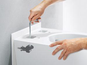 Dank gut zugänglichen Öffnungen auf der Oberseite kann die WC-Keramik mit wenigen Handgriffen einfach an die Wand geschraubt werden.
