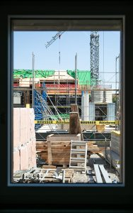Blick von innen nach aussen auf die Baustelle.