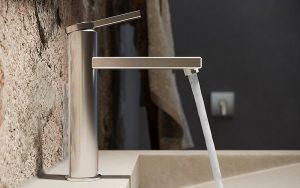 Das Material Edelstahl unterstreicht das klare Design der Armatur KWC AVA E und verleiht ihr hohe Eigenständigkeit und Präsenz. Auch bei Doppelwaschtischen. Foto: KWC