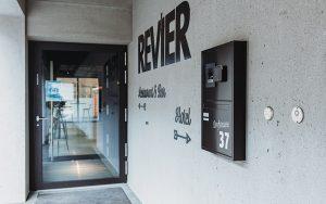 SALTO Wandleser mit PIN-Code-Tastatur am Haupteingang der Revier Mountain Lodge Adelboden.