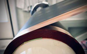 Die Kupferfolie läuft durch eine Rollenpresse. Foto: Battrion AG