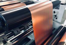 Kupferfolie, die durch eine Rollenpresse läuft, die in der neuen Elektrodenfabrik von Battrion in Dübendorf, ZH, installiert ist. Foto: Battrion AG