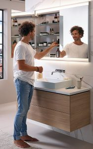 Den Stauraum frei gestalten Der neue Geberit ONE Spiegelschrank ist in fünf verschiedenen Grössen, in die Wand integrierbar oder als Aufputzvariante erhältlich.