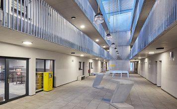 Der Laubengang im Hotel Das Schlafwerk verbindet die beiden Gebäudeteile und dient als Treffpunkt für die Gäste. Foto: SALTO Systems