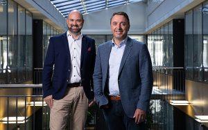 Linus Gähwiler (links), Leiter Geschäftsbereich Gebäudetechnik bei CKW und Thomas Bachmann (rechts), CEO Solarville, freuen sich über eine gemeinsame Wachstumsstrategie im Bereich Solar. Foto: CKW
