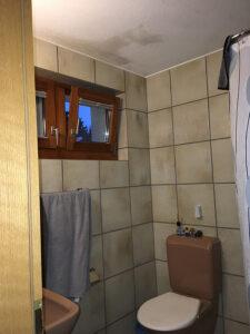 Bilder, wie man sie oft antrifft: Ältere Badezimmer mit Feuchtigkeits- oder Schimmelschäden an Decke und Wänden. Foto: GKS