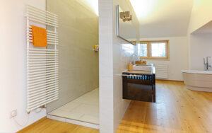 Badheizkörper im Sanierungsbereich: mit einem gemischten Warmwasser- und Elektrobetrieb kann der Badheizkörper auch einmal ohne Heizung, zum Beispiel im Sommer, für Komfort sorgen. Foto: GKS