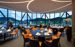 Im Innern des Panoramarestaurants schaffen geschwungene Linien harmonische Verläufe.