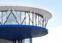 Ein scheinbar schwebender Stahlbau mit Auskragungen bis 15 Meter beherbergt das Panoramarestaurant, das den Gästen eine 360-Grad-Rundsicht über Einsiedeln und auf die umliegende Bergwelt der Voralpen bietet. Foto: Jean-Luc Grossmann