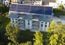 Das 2020 erbaute Mehrfamilienhaus in Huttwil ist mit 160 m² Solarkollektoren belegt. Diese liefern genug Heizwärme und Warmwasser zur ganzjährigen Versorgung der acht Wohnungen. Foto: Jenni Energietechnik AG