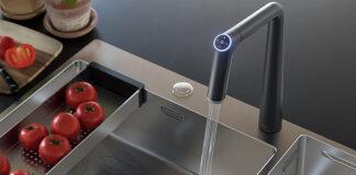 Die skulpturale Armatur mit ihrem konisch zulaufenden Körper bringt nicht nur eine futuristische Formensprache in die Küche, sondern auch intelligente Funktionen. Foto: KWC